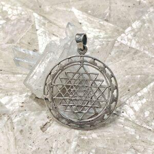 Ciondolo Sri Yantra in argento 925 con petali di loto
